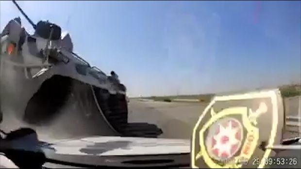 Видео из Евлаха:  смотрите  как БТР таранит легковушку - ВИДЕО