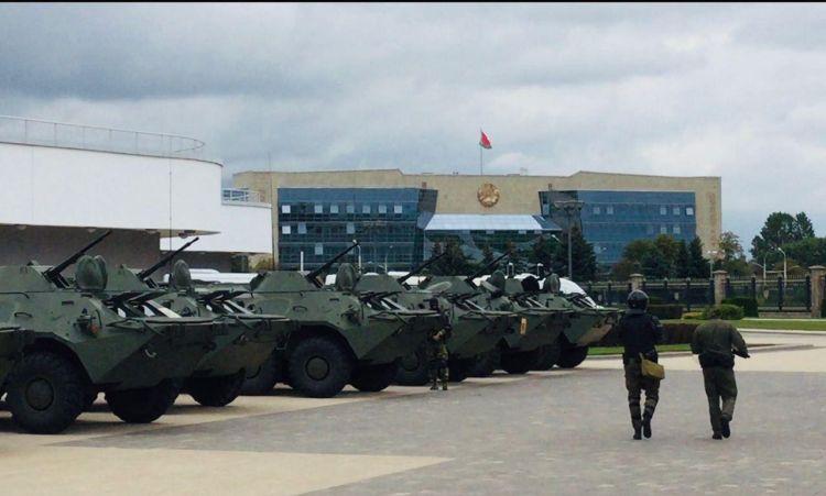 В центр Минска стягиваются автобусы с силовиками, БТР и спецтехника - ВИДЕО