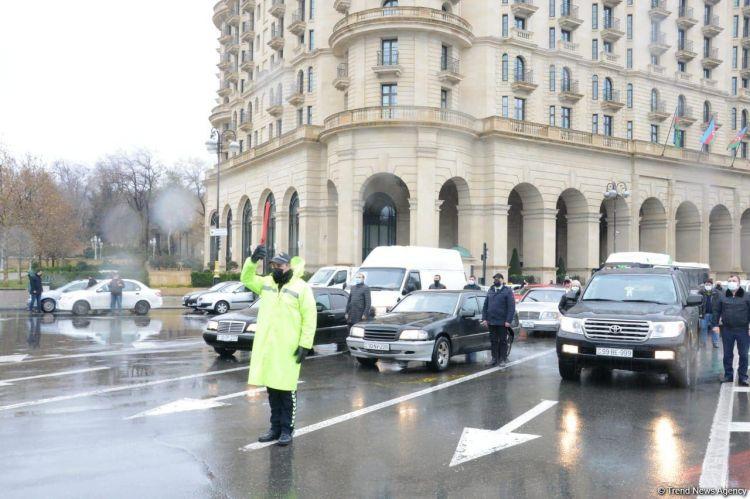 В Азербайджане память жертв 20 Января почтена минутой молчания, приостановлено движение транспорта - ФОТО