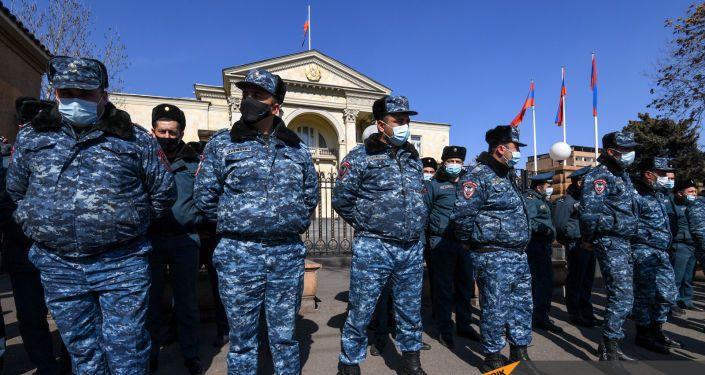 Полиция Армении перекрыла улицу у здания парламента в Ереване - ВИДЕО