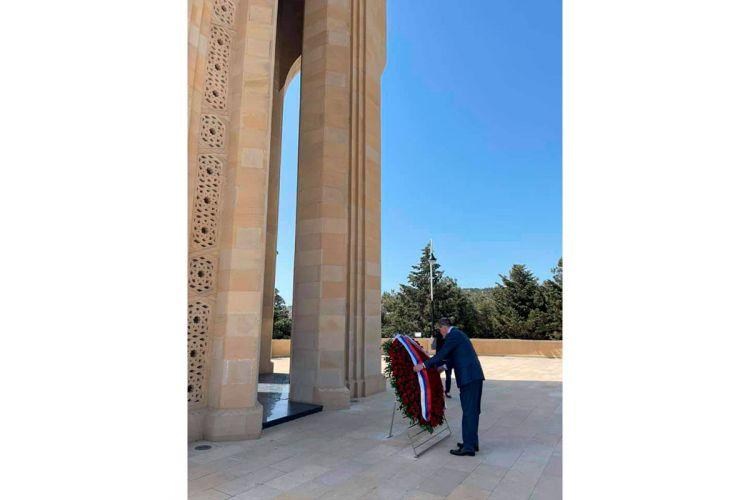 Lavrov Fəxri xiyabanı və Şəhidlər xiyabanını ziyarət edib