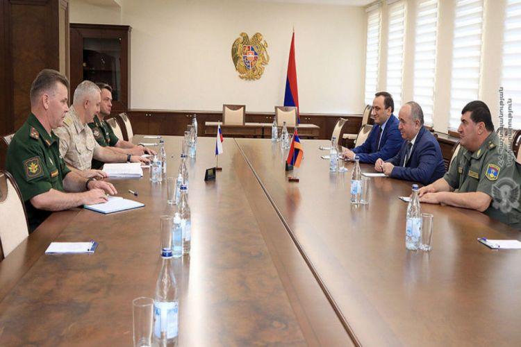 Министр обороны Армении встретился с Рустамом Мурадовым