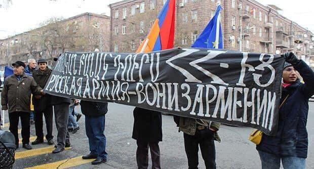 Putinin plakatları Ermənistanı qarışdırdı - Gümrüdə insanlar ayağa qalxdı
