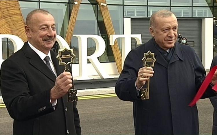 Лидерам Азербайджана и Турции вручили символические ключи от воздушных ворот Карабаха
