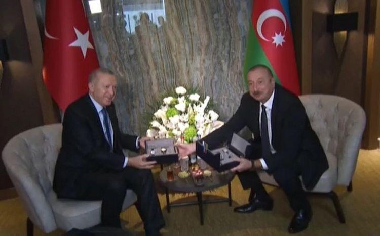 Эрдоган подарил президенту Азербайджана часы с изображением цветка Харыбюльбюль - ФОТО